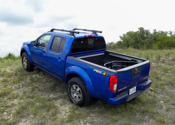 Синий Nissan Frontier PRO-4X
