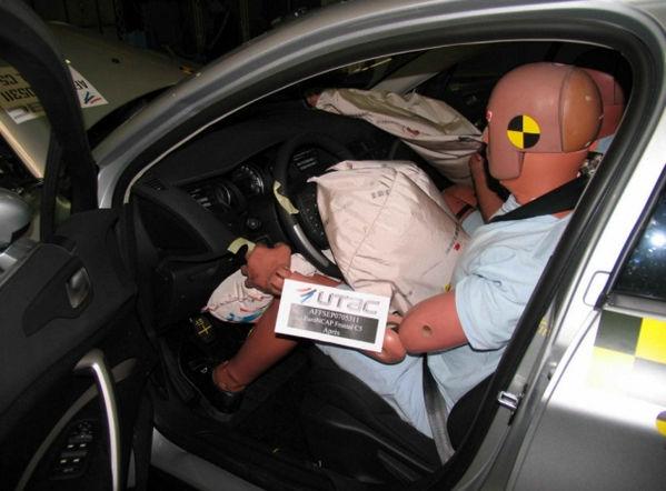 Манекены в машине на краш-тесте JAC S5
