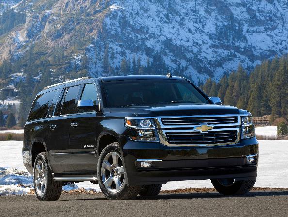 Черный Chevrolet Suburban в предгорье