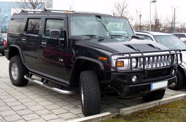 Черный Hummer на стоянке