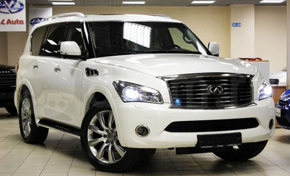 Белый Infinity QX700 в автосалоне