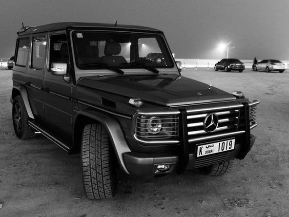 Черный Mercedes-Benz G-класса спереди. Не цветное фото
