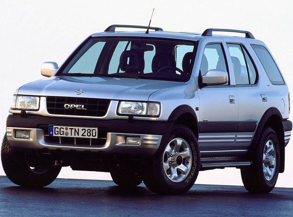 Серебристый Opel Frontera вид спереди