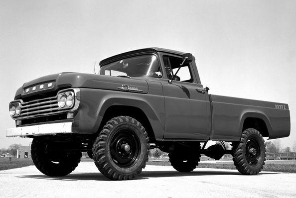 Черно-белое фото пикапа Форд