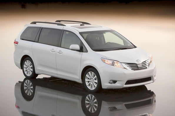 Белая Toyota Sienna