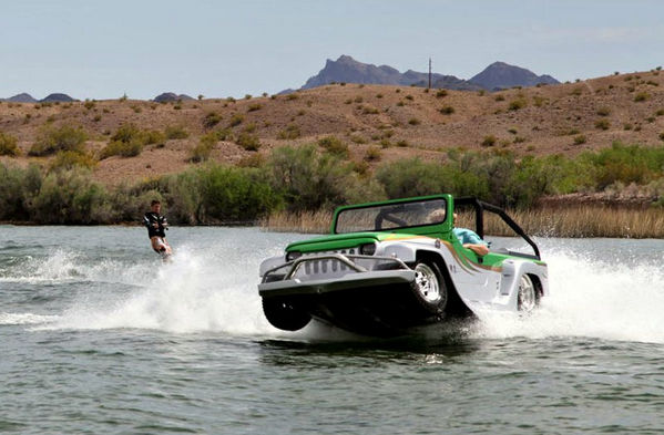 Джип-амфибия Panther на воде.