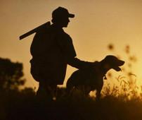 Охотник с собакой на закате