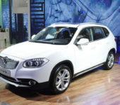 Белый Brilliance V5 на выставке в автосалоне