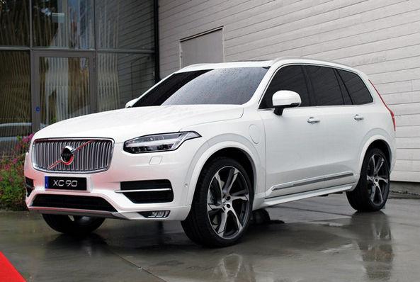 Белая Volvo XC90