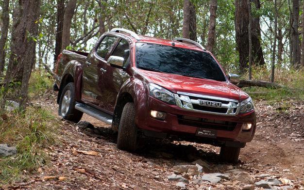 Красный Isuzu D-Max в лесу