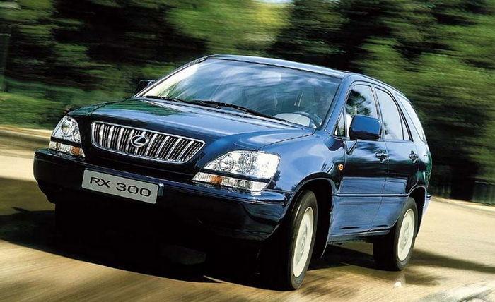 Синий Lexus RX 300 в движении