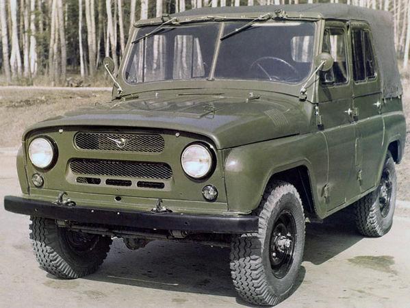 УАЗ 469 с брезентовым верхом. Вид спереди