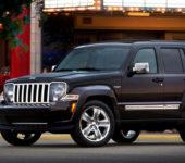 Черный Jeep Liberty Вид слева. Модель 2014 года