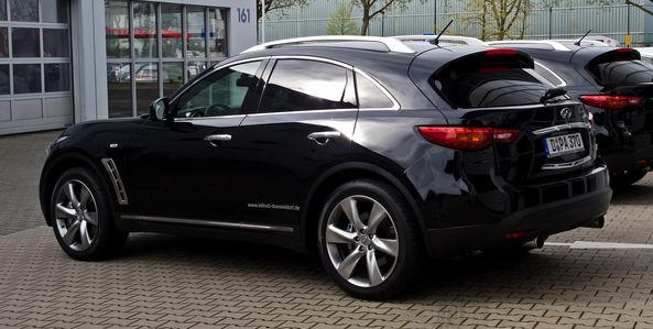 Автомобиль Infiniti FX50 черного цвета вид сзади