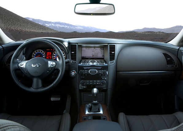 Салон автомобиля Infiniti FX50
