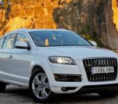 Audi Q7 белый в горах. Вид спереди