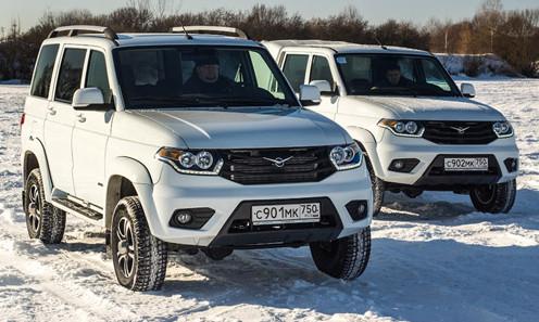 Пикап и внедорожник УАЗ на снегу