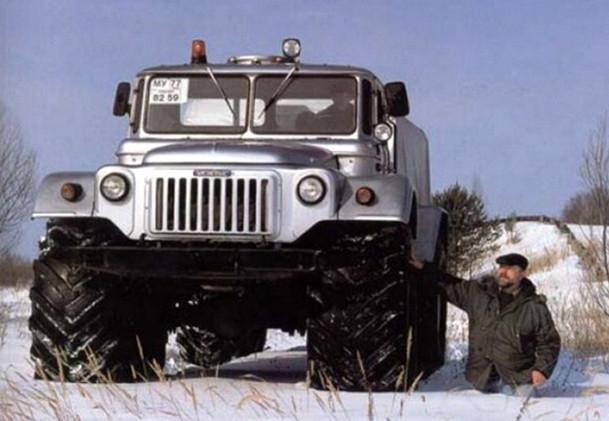 Машина на снегу стоит, а человек провалился
