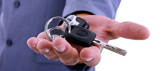Рука, протягивающая ключи от автомобиля
