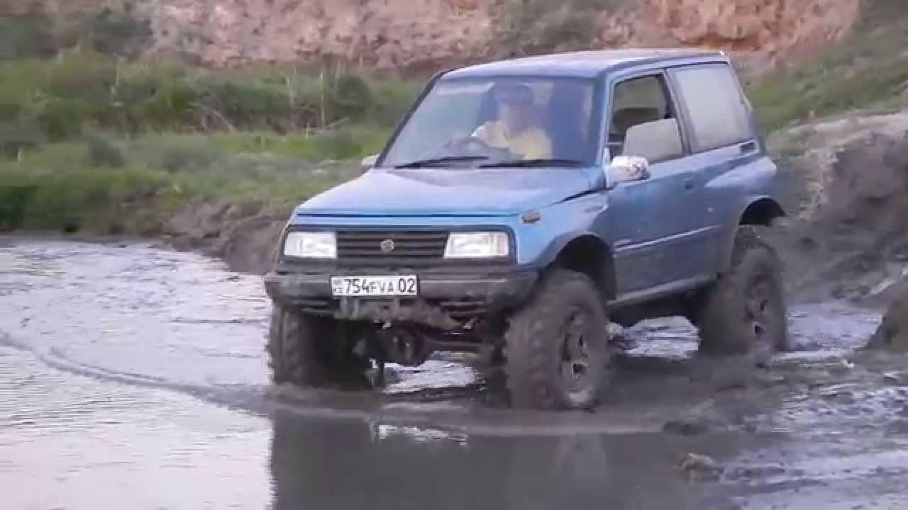 Трехдверный Suzuki Escudo преодолевает грязь
