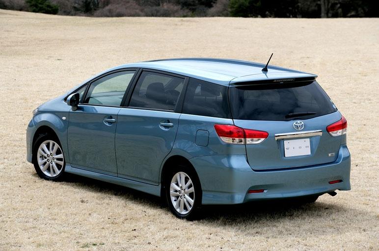 голубая Toyota Wish сзади